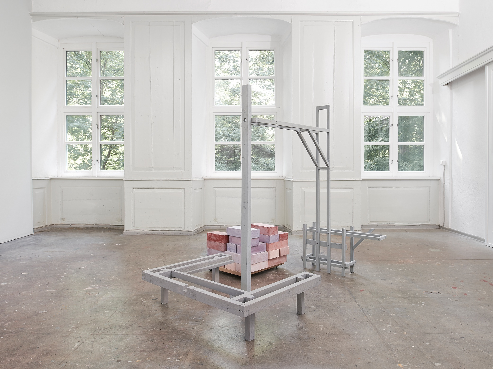 01_Installationsansicht_Kuenstlerhaus-Meinersen_EG_Gestell_01_fc-Nicolas-Wefers