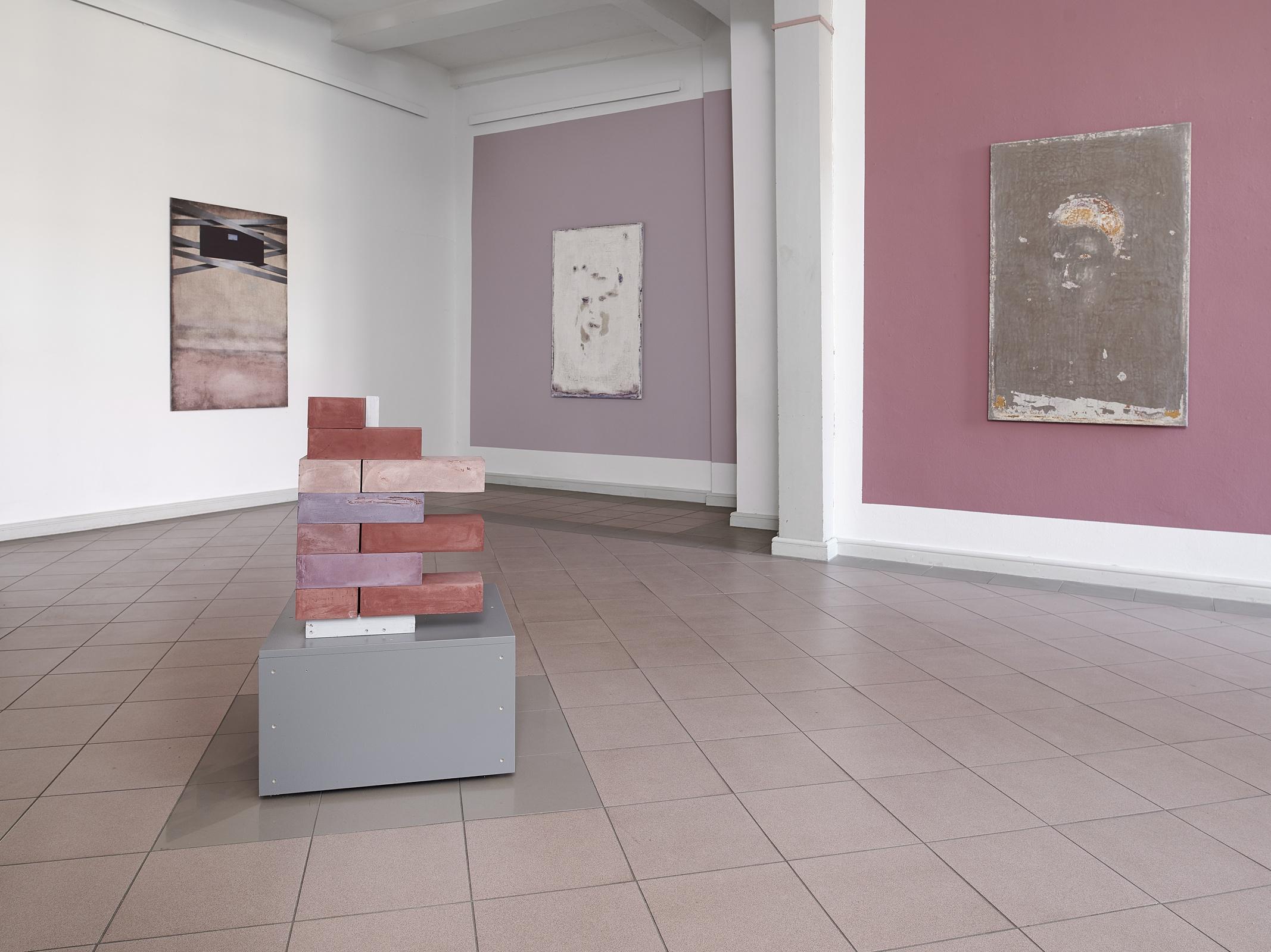 02_Installationsansicht_Kuenstlerhaus-Meinersen_Flur_Spolie-Portraits_02_fc-Nicolas-Wefers